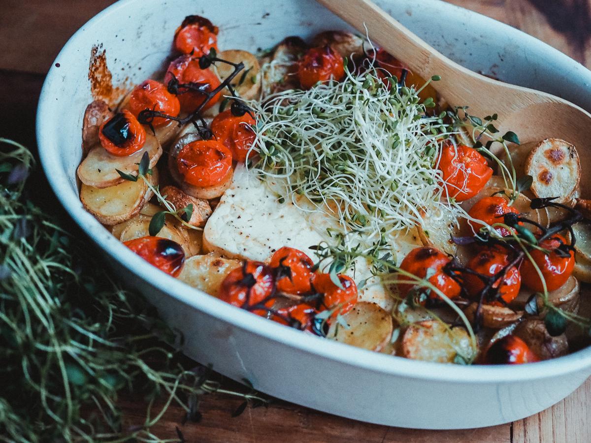 Uunifetavuoka on nopea ja edullinen kasvisruoka.