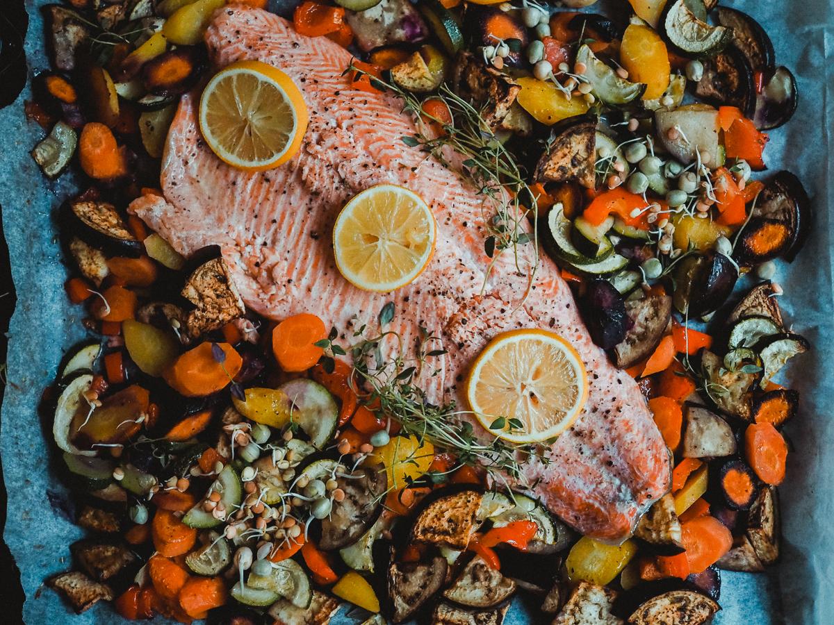 Uunilohi ja välimeren vihannekset valmistuvat kätevästi uunissa.
